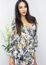 Sukienki i bluzki w kwiaty. Uniwersalne modele na każdą okazję